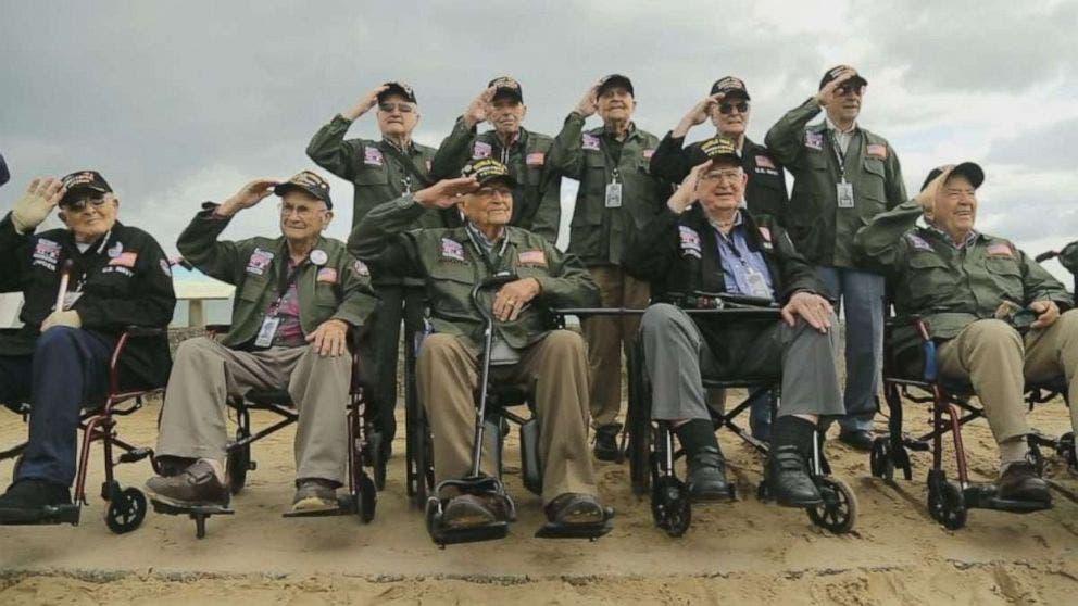 صورة مع زملائه الذين عاصروا الحرب العالمية الثانية
