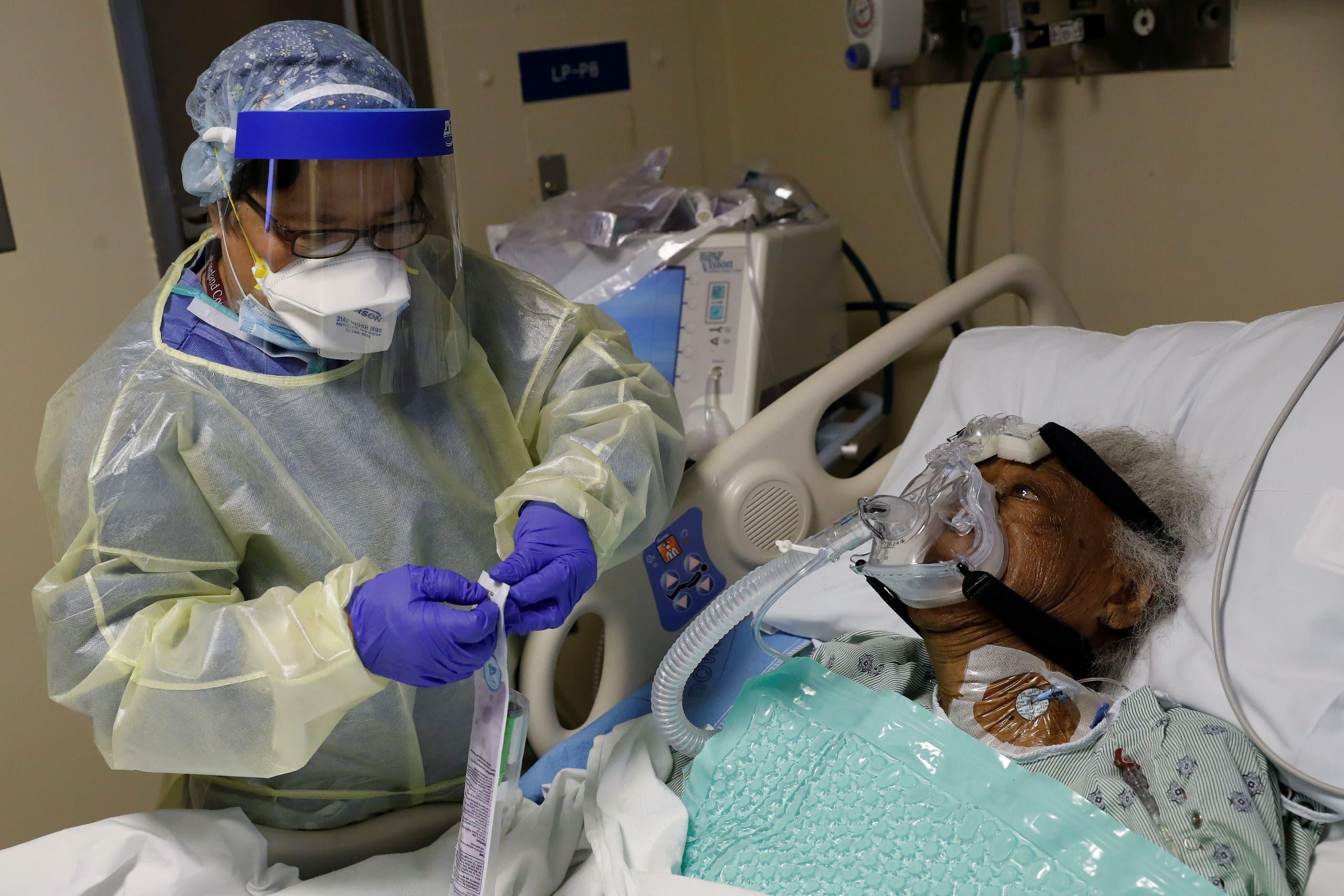 العناية بمصابة بكورونا في أحد مستشفيات شيكاغو في الولايات المتحدة
