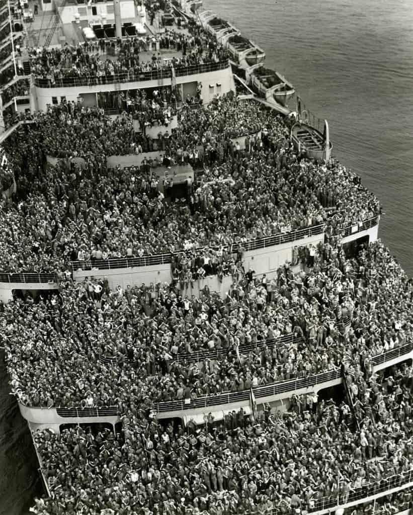 صورة لإحدى السفن الأميركية المكتظة بالجنود العائدين للوطن