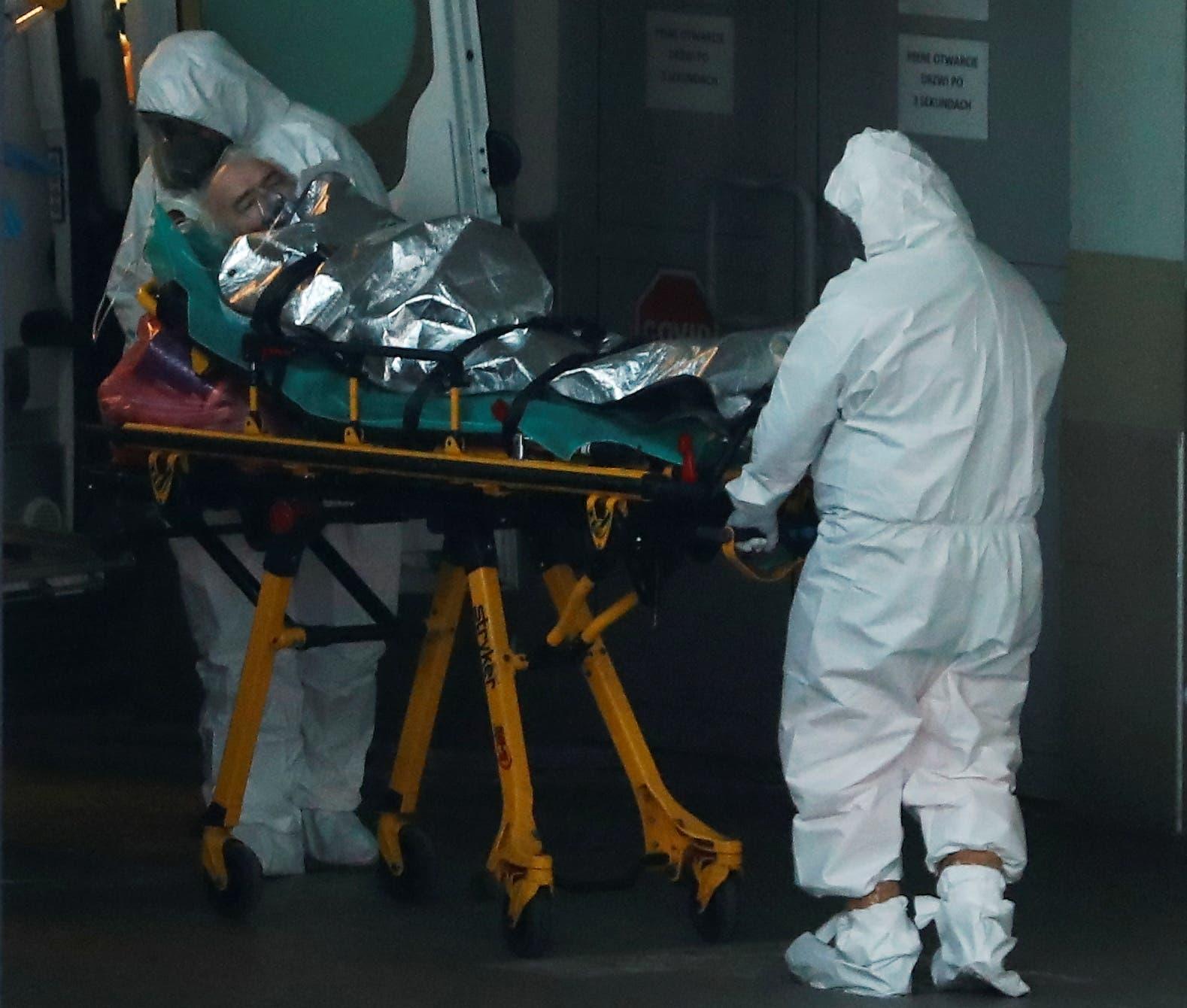 نقل مصاب بكورونا للمستشفى في وارسو