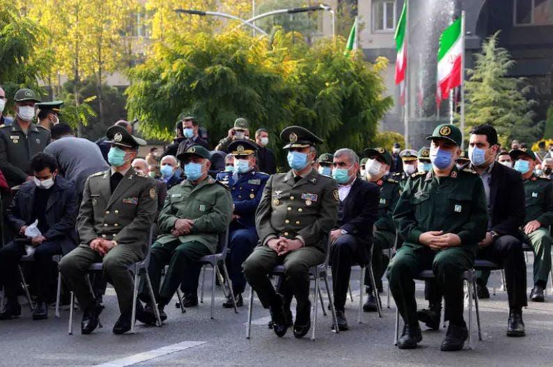 قادة عسكريون خلال مراسم جنازة فخري زاده