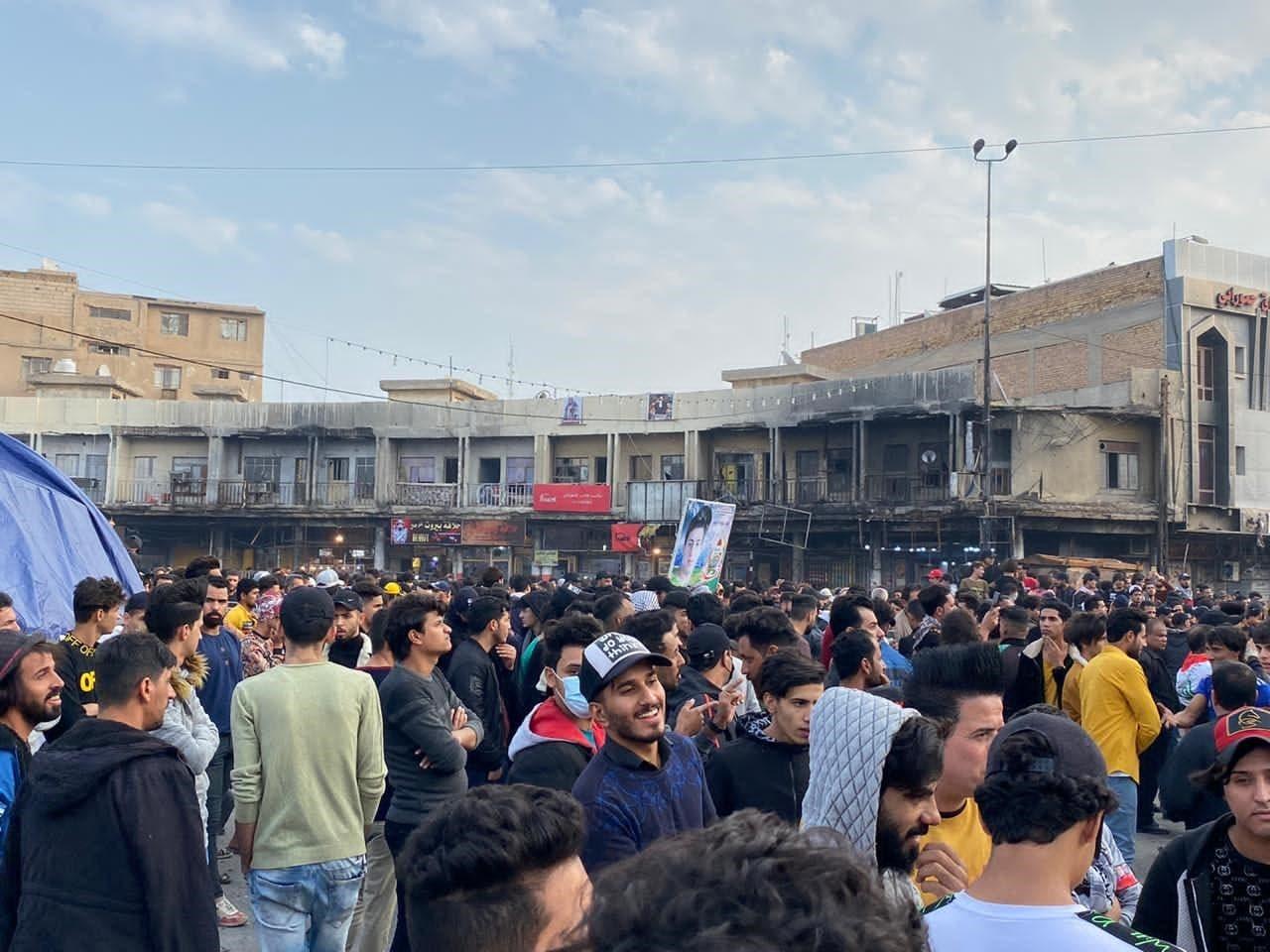 توافد المتظاهرين على ساحة الحبوبي لاقامة جمعة الناصرية