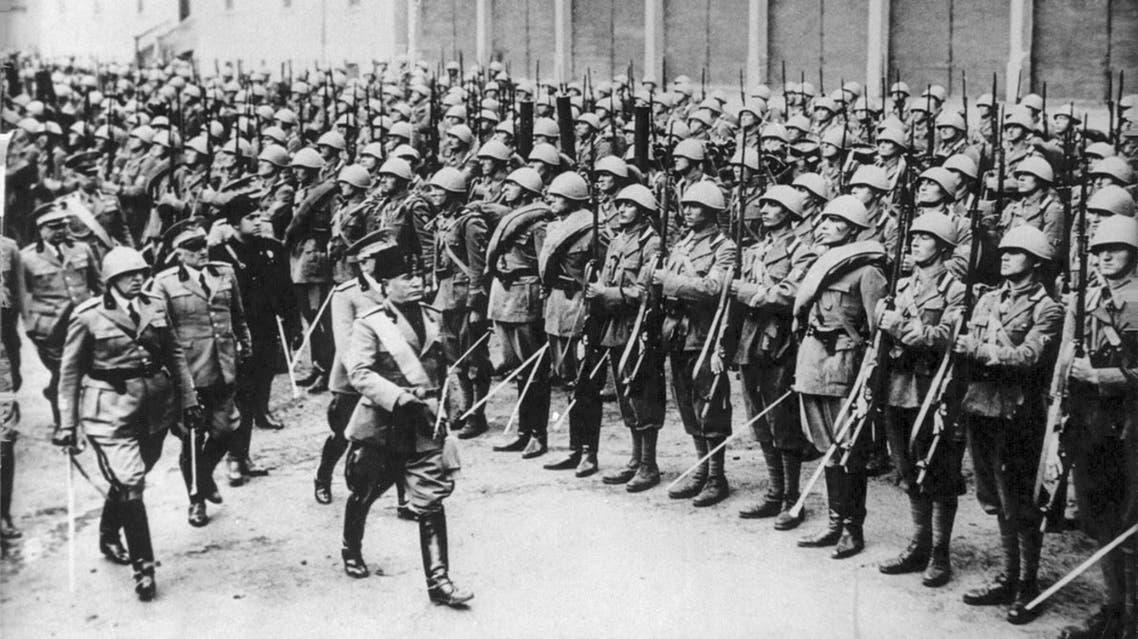 صورة للدوتشي موسوليني اثناء تفقد قواته