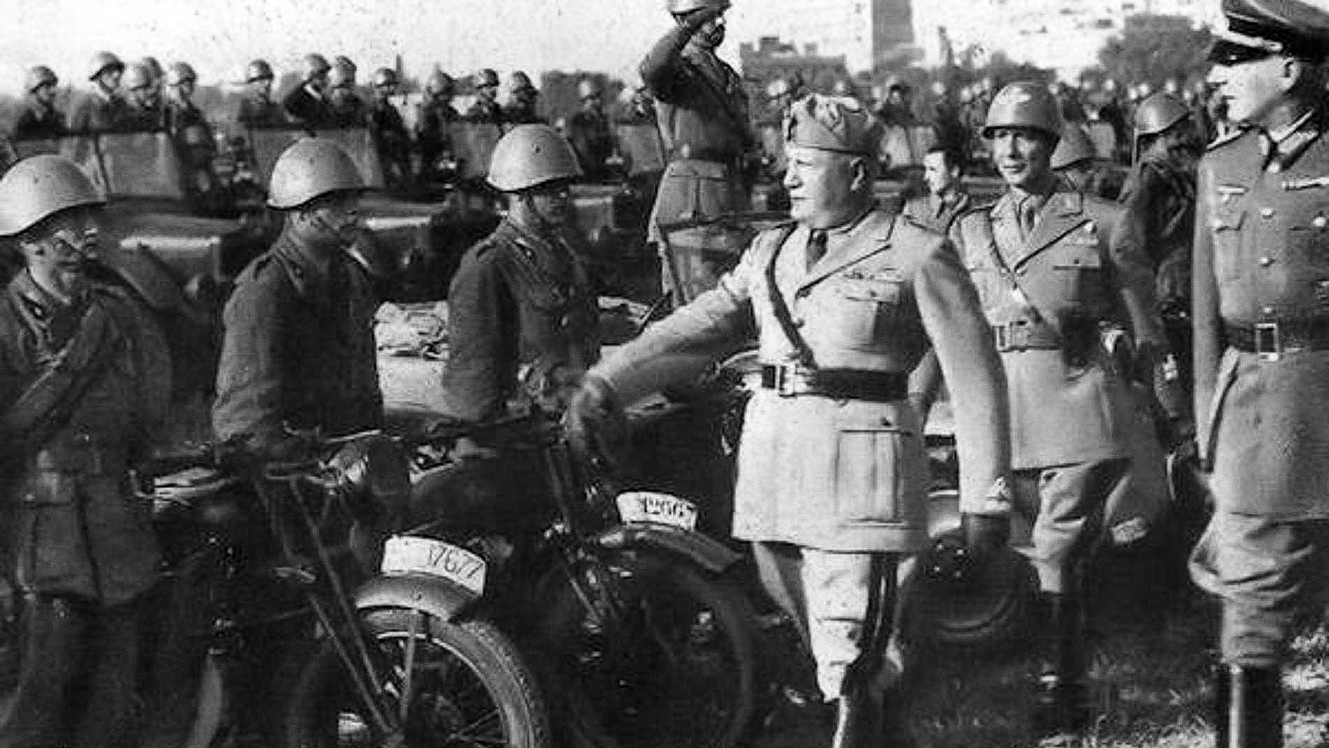 صورة لموسوليني اثناء تفقده لقواته