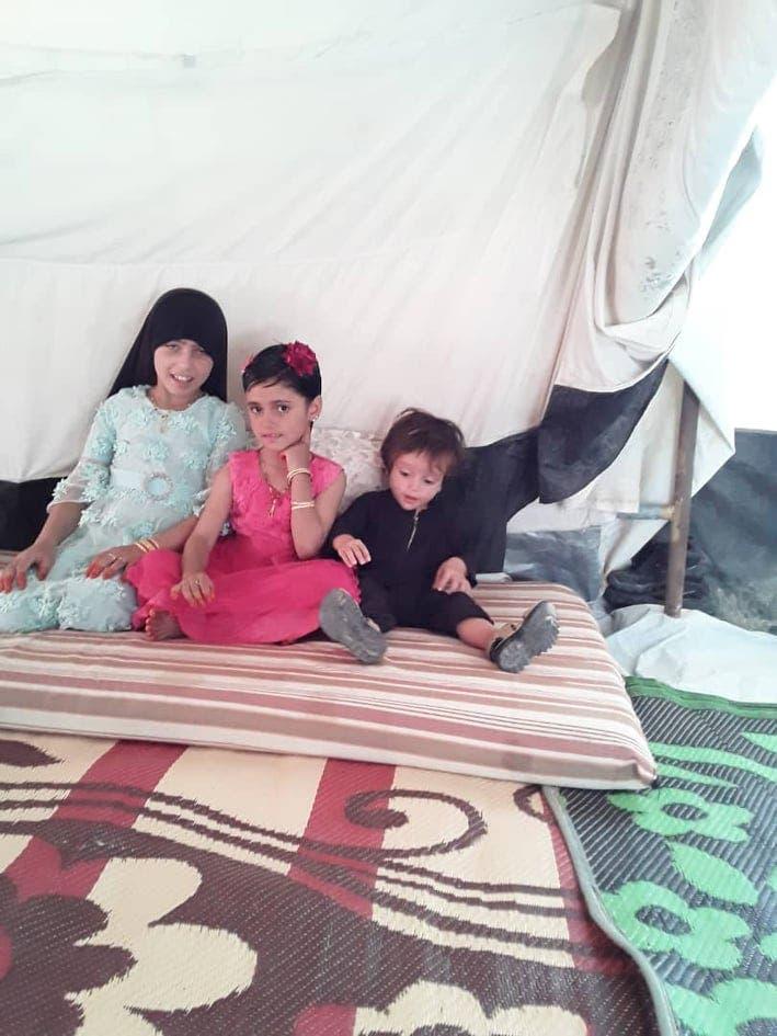 الطفلة برفقة طفلين في مخيم داعش