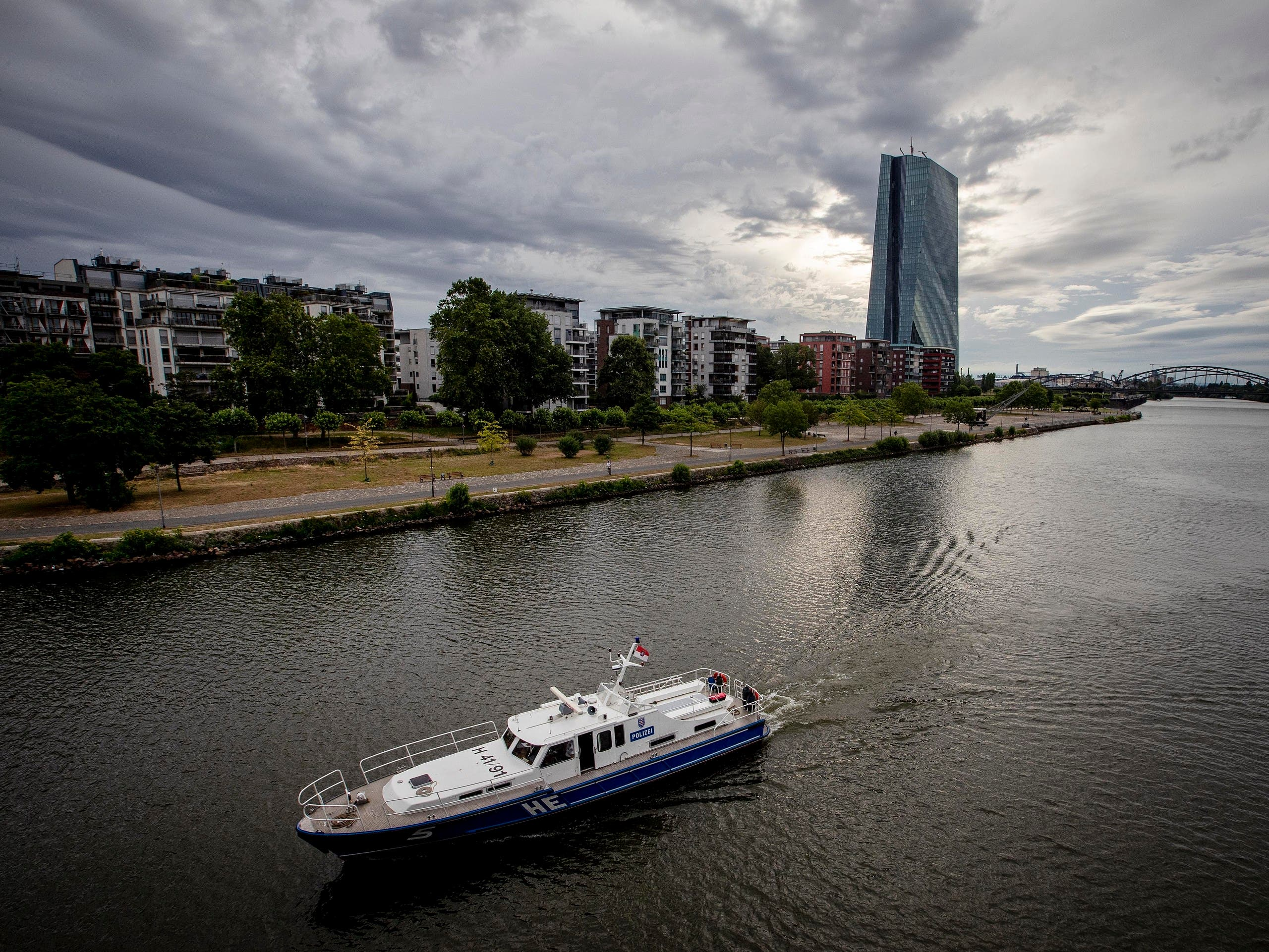 A police boat patrols on the river Main near the European Central Bank, background as 16 000 people are evacuated prior to the defusing of a WWII bomb in Frankfurt, Germany, Sunday, July 7, 2019. (File photo: AP)