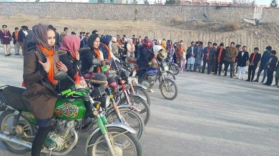 مسابقه موترسایکلرانی دختران در دایکندی افغانستان راه اندازی شد