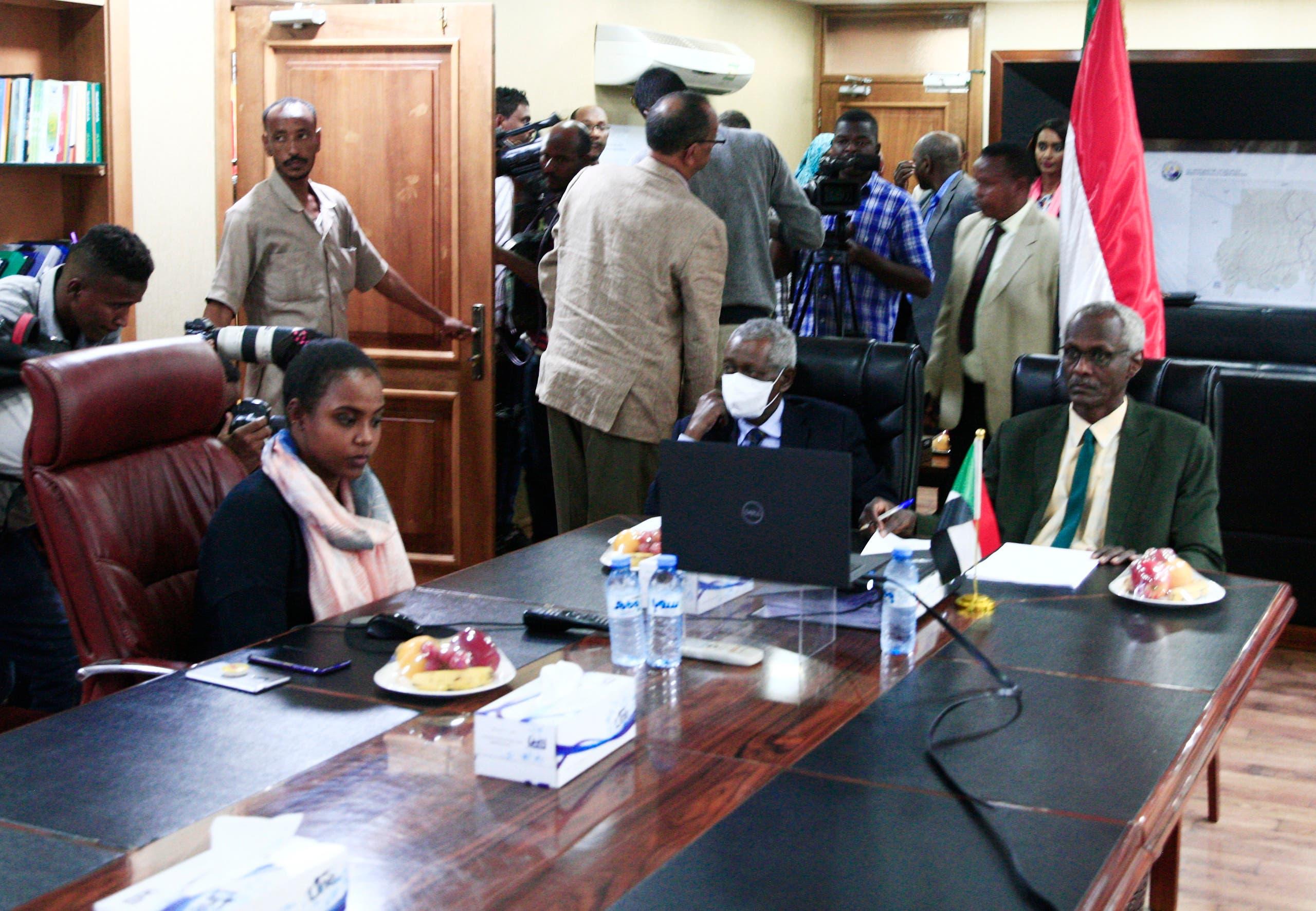 وزير الري السوداني ياسر عبّاس يشارك عن بُعد بأحد اجتماعات التفاوض حول السد