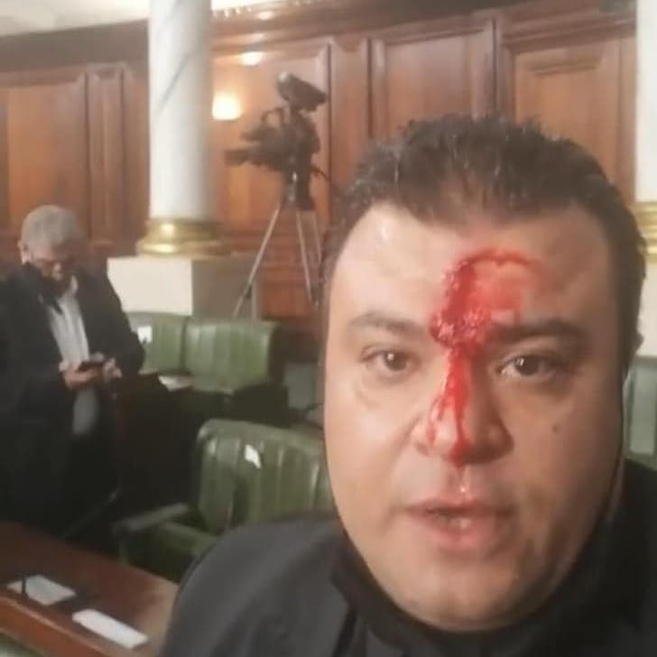 برلمان تونس يتحول ساحة لتبادل العنف.. وإصابة نائب