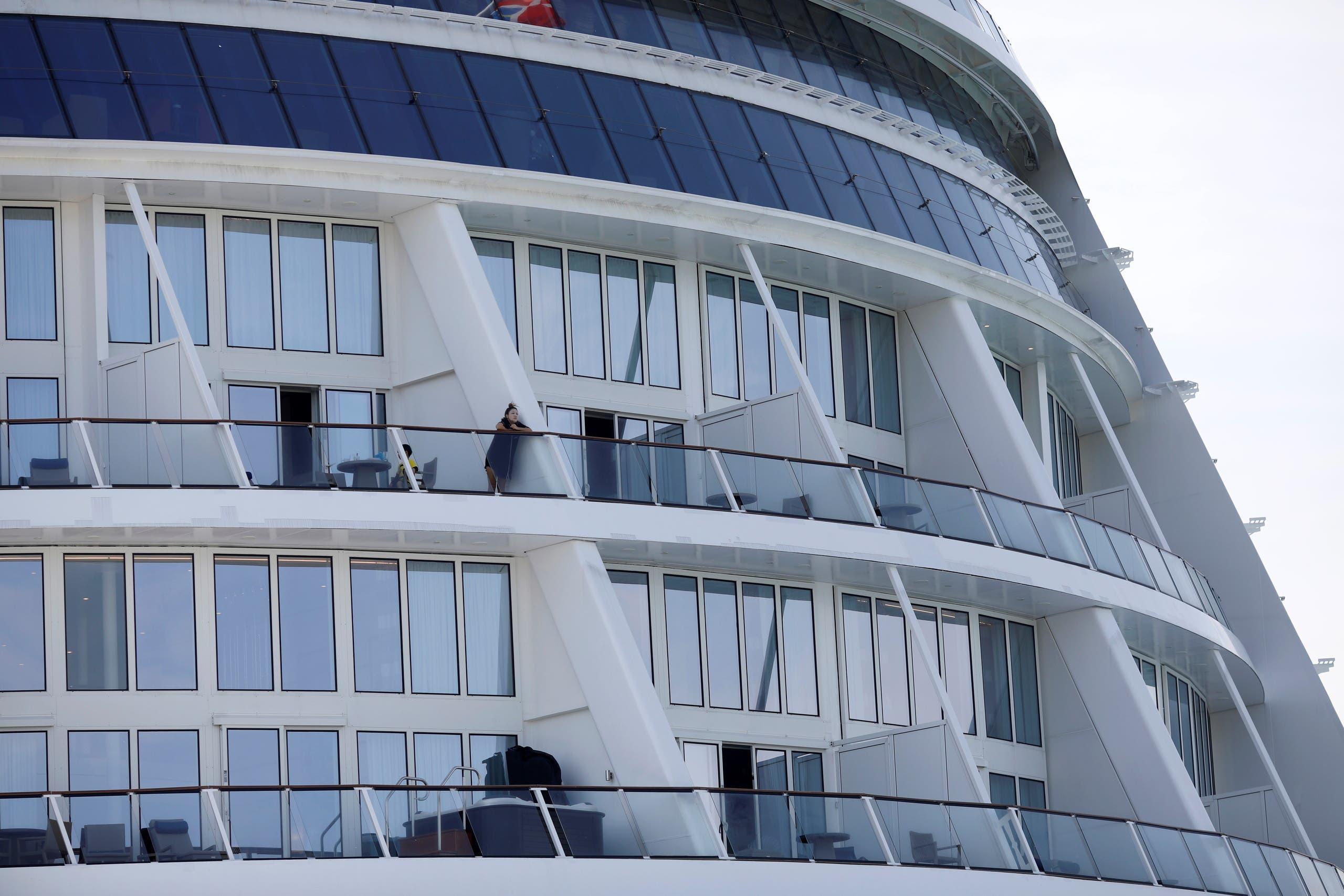 الركاب يلزمون غرفهم بالسفينة