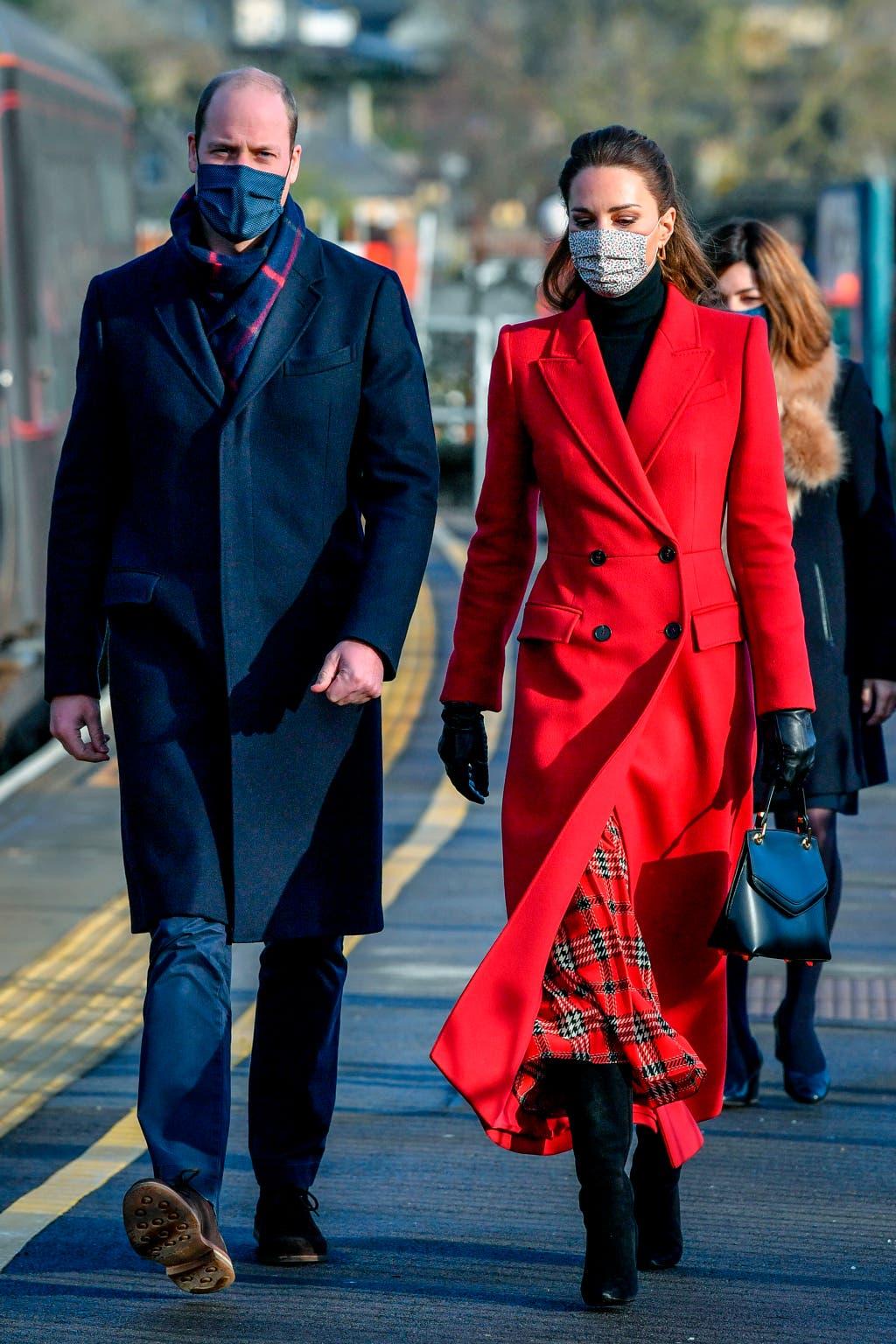 كايت بكامل أناقتها في معطف أحمر مشرق