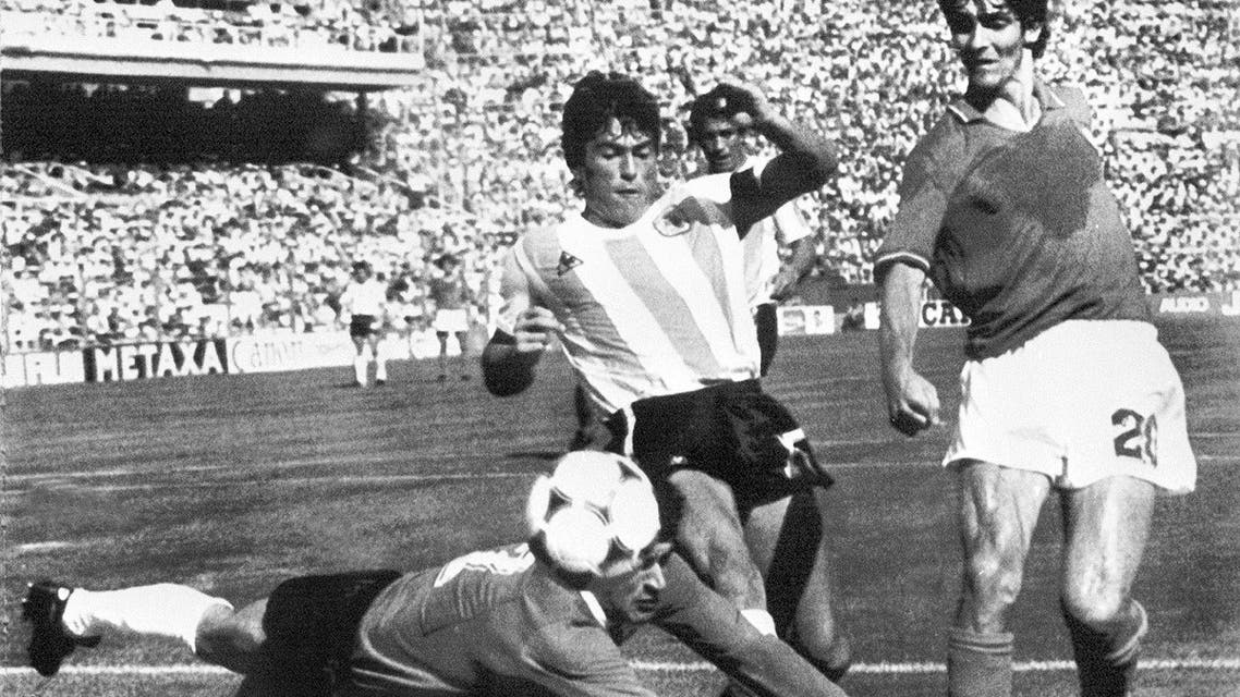 Argentinian goalkeeper Ubaldo Fillol (Bottom) and captain Daniel Passarella (L) prevent Italian striker Paolo Rossi from scoring, during the 1982 World Cup second round soccer match between Italy and Argentina in Barcelona.  (AFP)