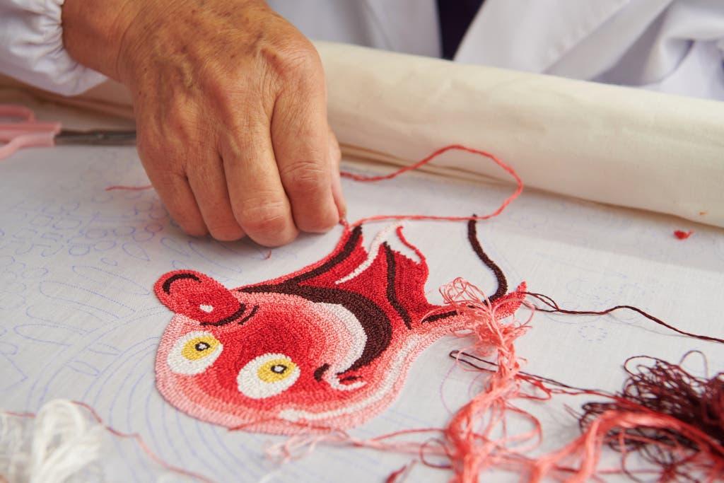 تطريزات يدوية تم تنفيذها في محترفات صينية