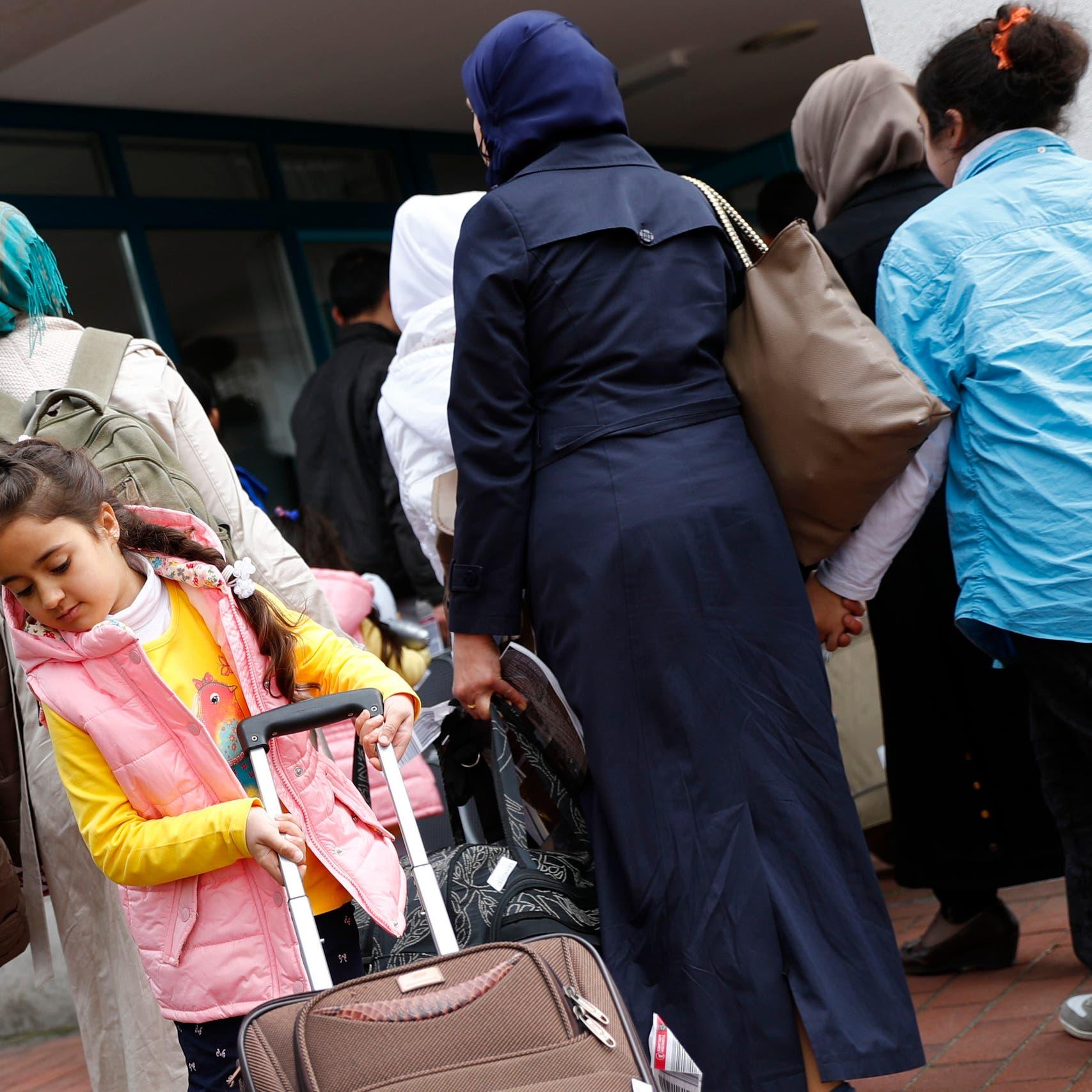 بعد الدنمارك.. شبح ترحيل السوريين يطل من هذه الدولة