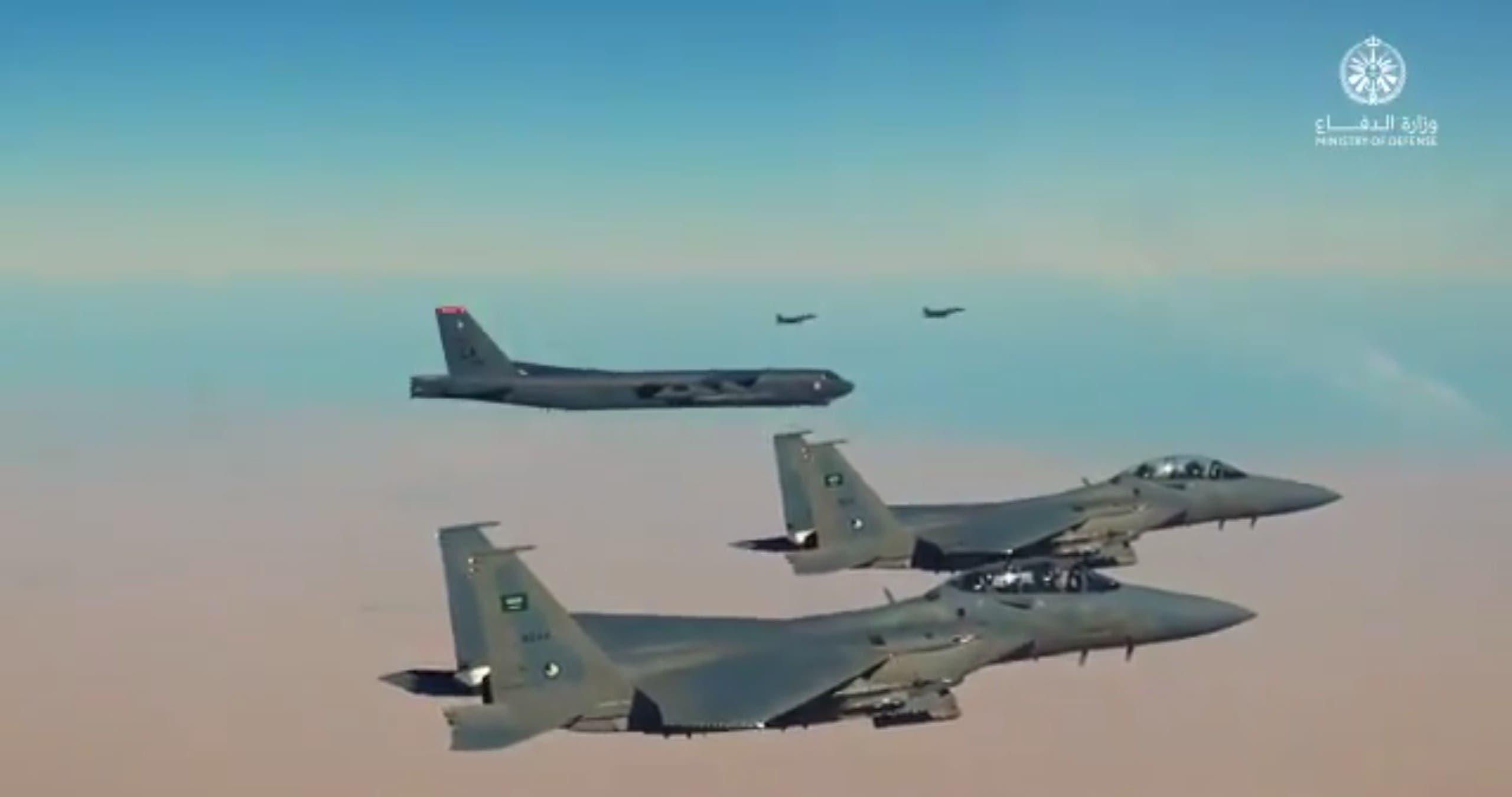 جنگنده های سعودی دو بمب افکن آمریکایی B-52 را اسکورت می کنند