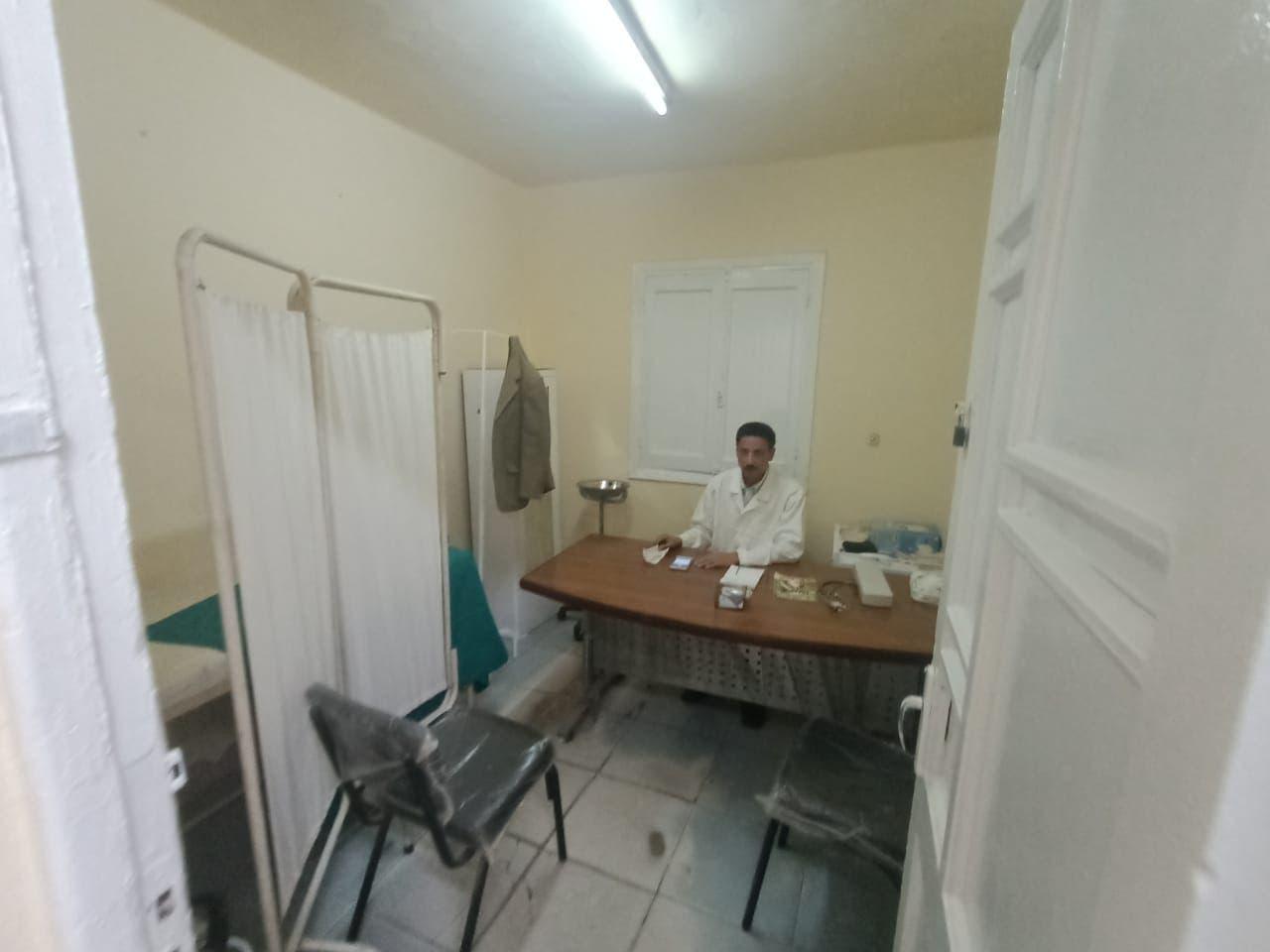 الدكتور حسني سعد قطب بالعيادة