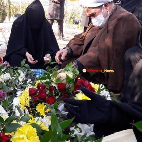 شاهد.. والدا الصحافي الإيراني المعدوم يرثيانه عند قبره