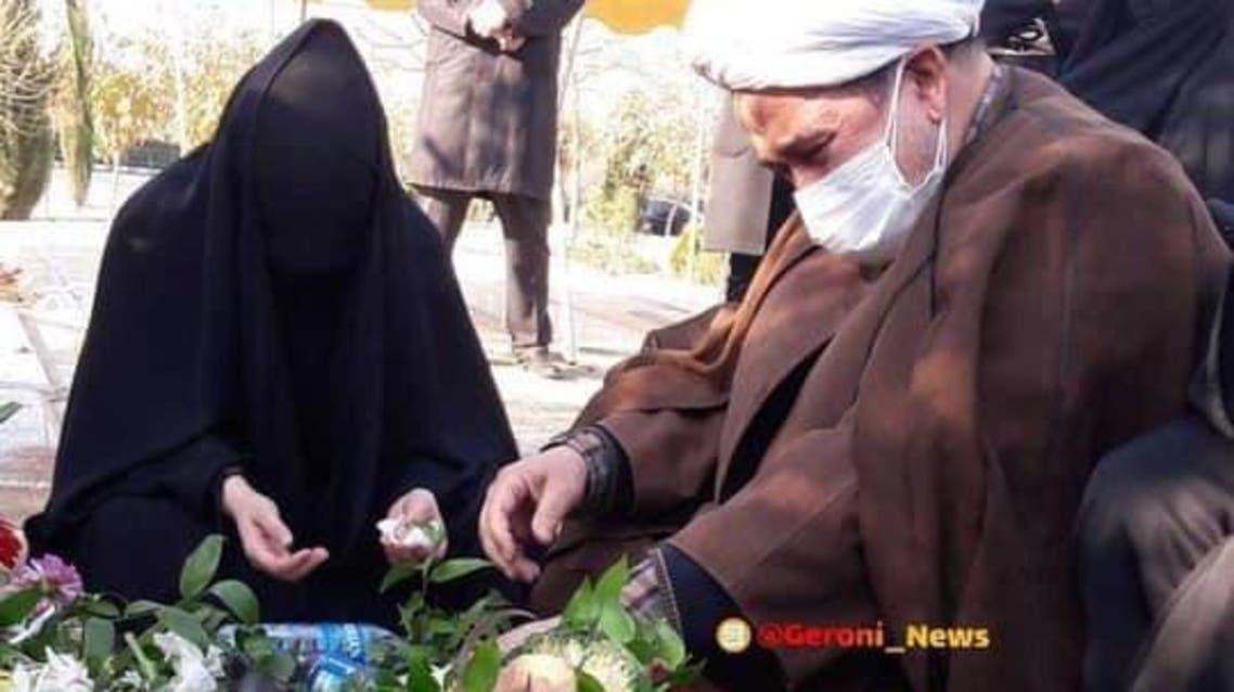 محمد علي زم على قبر نجله الصحافي المعدوم روح الله زم