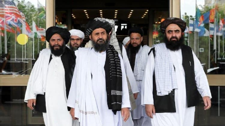 أمير خان متقي المشرف على مجلة الصمود برفقة ملا برادر نائب زعيم حركة طالبان للشؤون السياسية