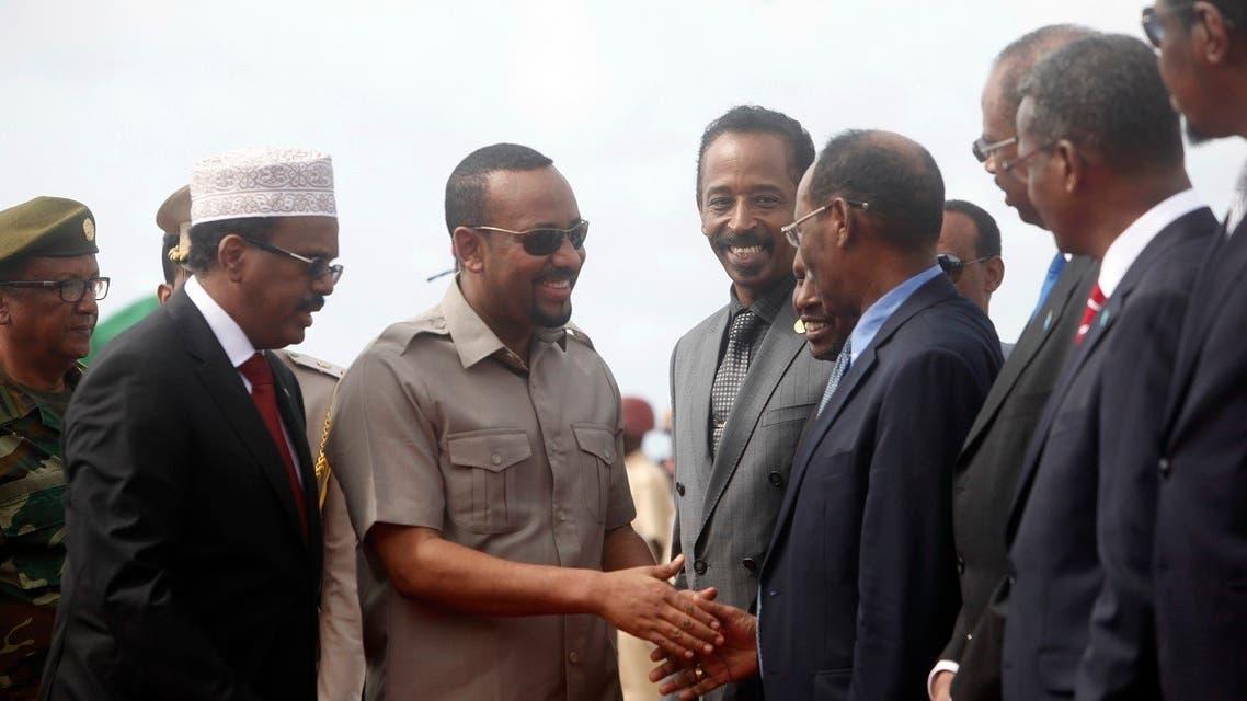 Somali President Mohamed Abdullahi Mohamed, left, introduces new Prime Minister of Ethiopia Abiy Ahmed, center, to his ministers in Mogadishu, Somalia. (File photo: AP)
