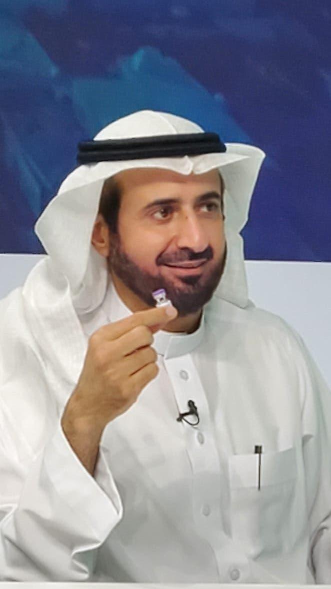 وزير الصحة خلال توضيح عملية أخذ اللقاح في السعودية