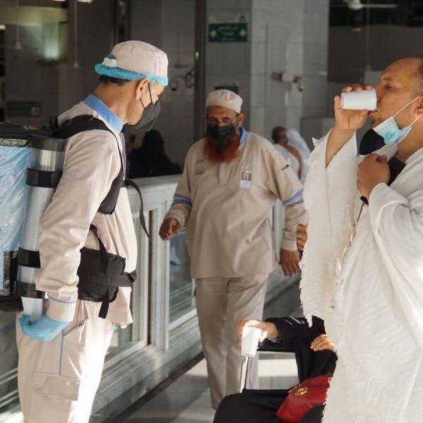 هكذا يتم تبريد ماء زمزم وتوزيعه في الحرمين الشريفين