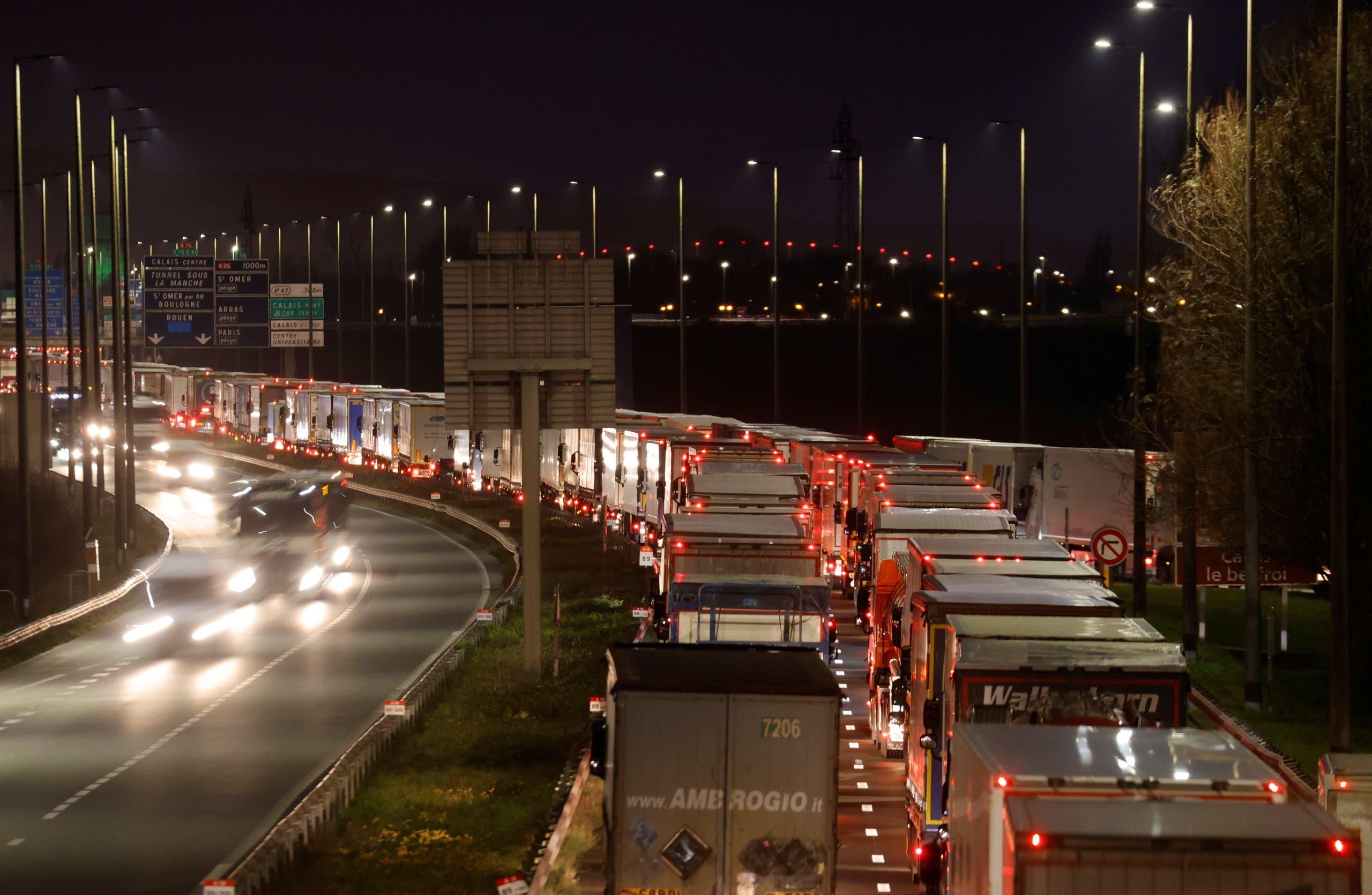 أعداد غير مسبوقة من شاحنات نقل البضائع تسعى للعبور من فرنسا إلى بريطانيا