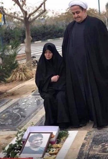 والدا روح الله زم أمام قبره