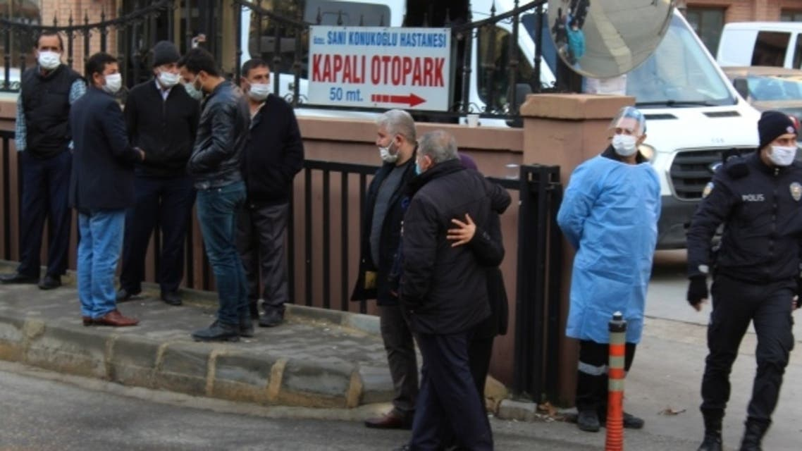 تجمع أمام المشفى التركي الذي اندلع فيه الحريق