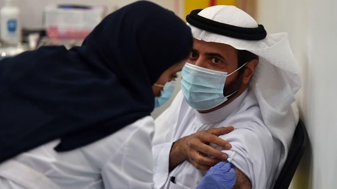 وزير الصحة السعودي لحظة أخذ لقاح كورونا