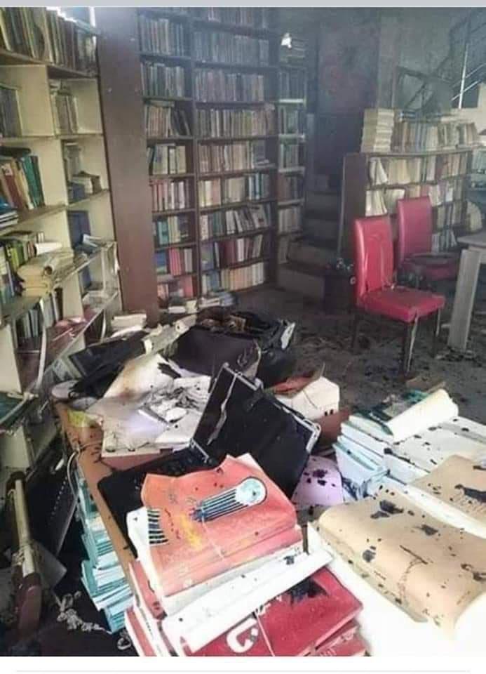 من آثار الحريق والدمار في مكتبة حجة