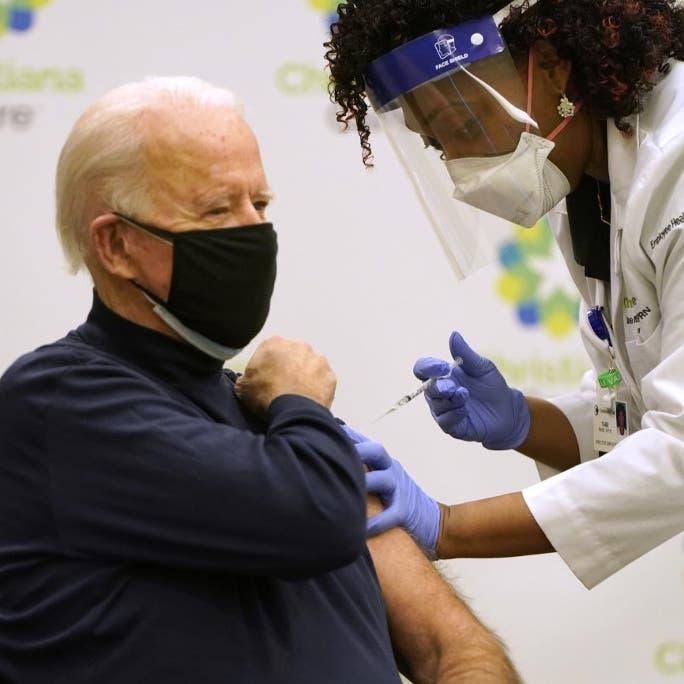 بايدن يتلقى اللقاح علناً: أملنا في التخلص من الجائحة