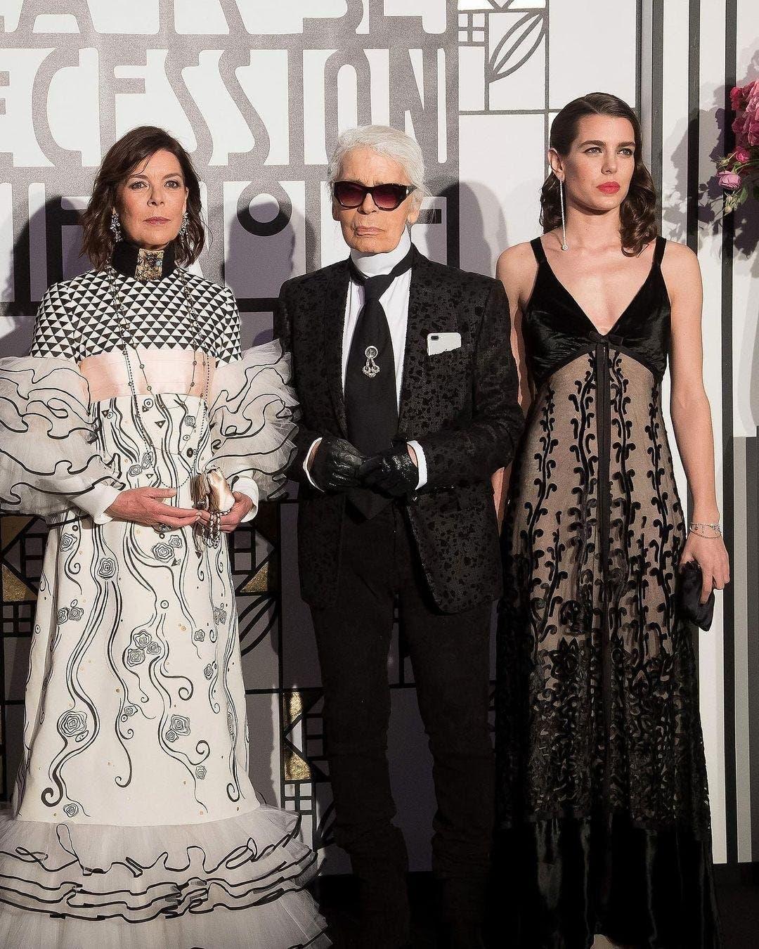 شارلوت برفقة الراحل كارل لاغرفيلد ووالدتها الأميرة كارولين بأزياء من شانيل في العام 2017