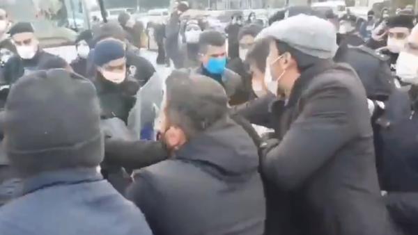 فيديو.. الشرطة التركية تهاجم نائباًعلى كرسي متحرك