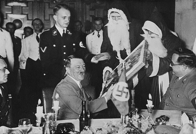 هتلر أثناء حصوله على هدية من بابا نويل