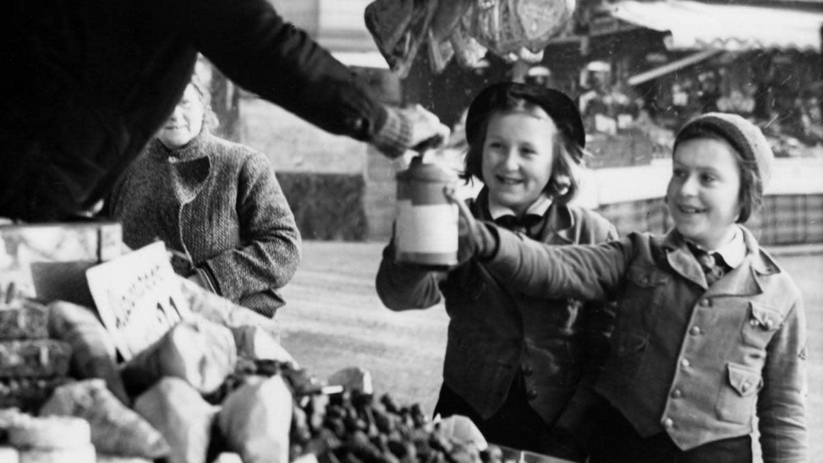 شباب هتلر أثناء جمعهم للتبرعات
