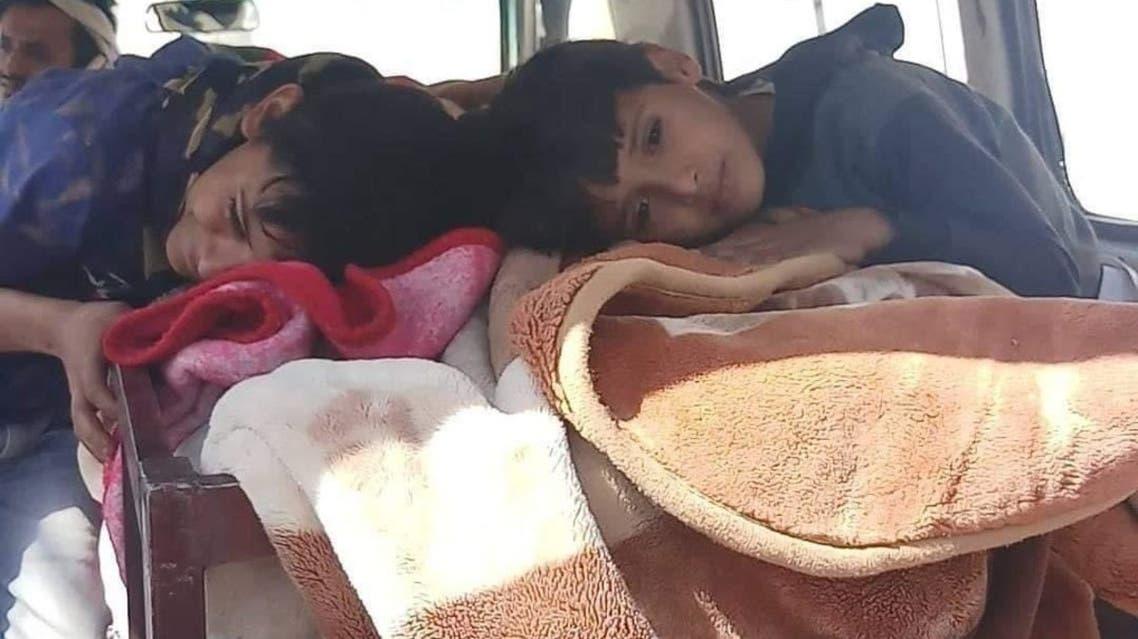 الأطفال مع جثة امهم