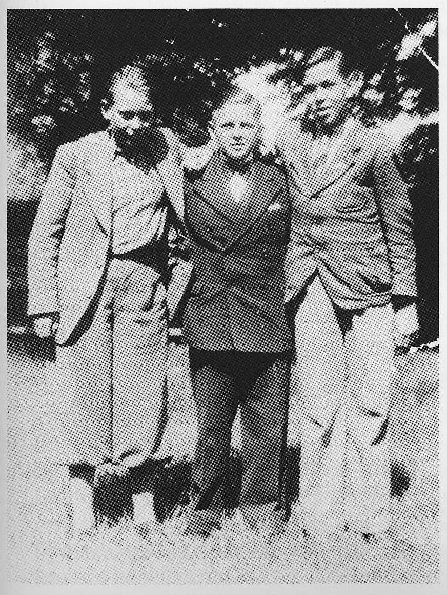 صورة لهلموت وهو في الوسط مع عدد من اصدقائه