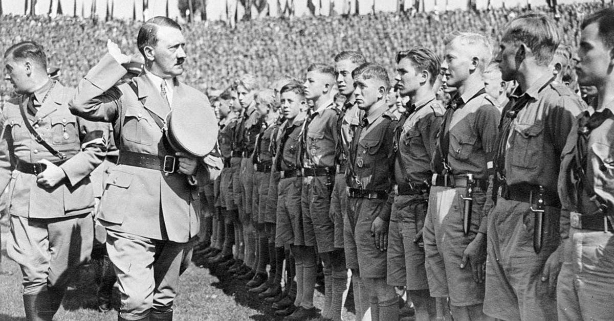 صورة لهتلر رفقة عدد من أفراد منظمة شباب هتلر