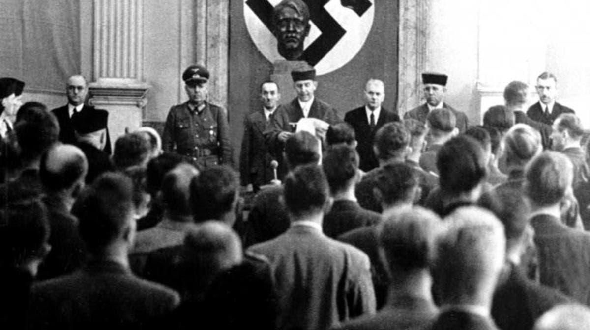 صورة لإحدى المحاكمات بألمانيا بالقرن الماضي اثناء حكم هتلر
