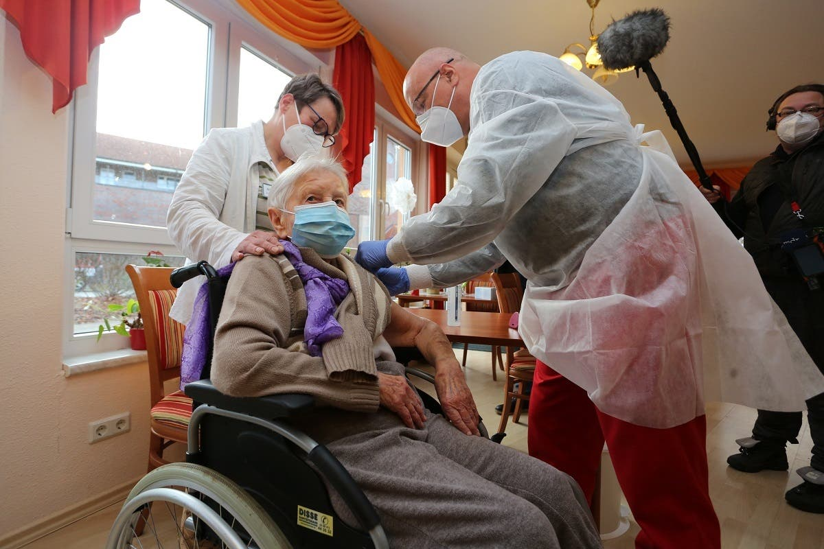 Edith Kwoizalla, 101 years old, receives the first vaccination against COVID-19 by Pfizer and BioNTech in a senior care facility in Halberstadt, central northern Germany. (File photo: AFP)