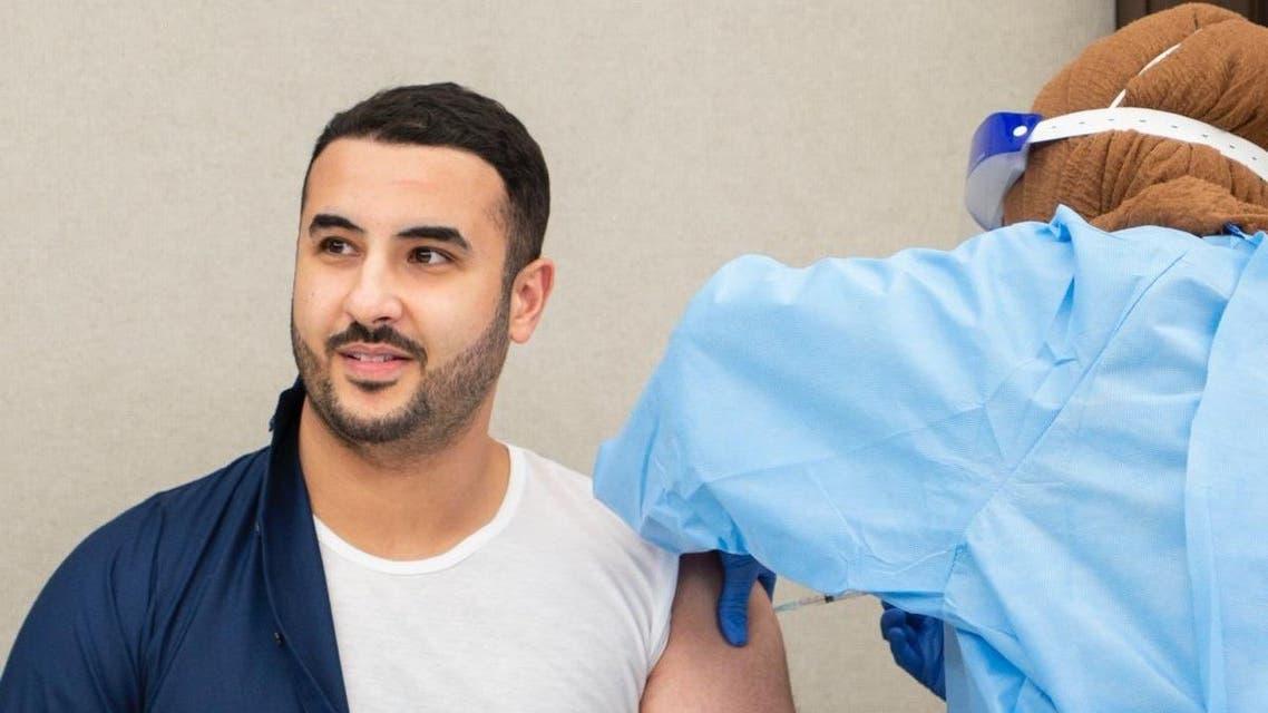 الأمير خالد بن سلمان يتلقى لقاح كورونا