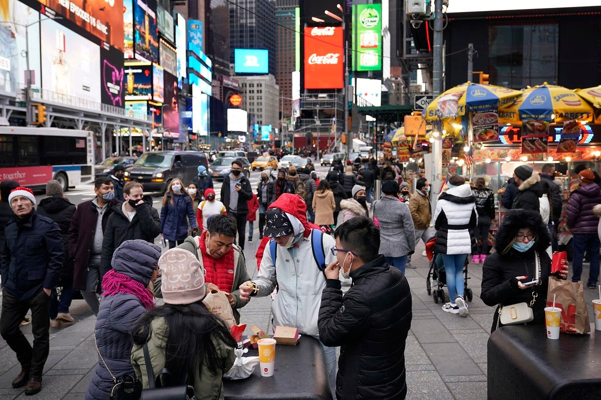 Pedestrians enjoy Times Square in New York on Christmas day, Dec. 25, 2020. (File photo: AP)