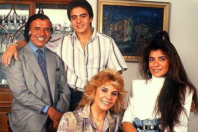منعم مع زوجته سليمى جمعة، وابنيه سليمى ماريا وكارلوس جونيور، قبل أشهر من مقتله في 1995 بحادث الهليكوبتر