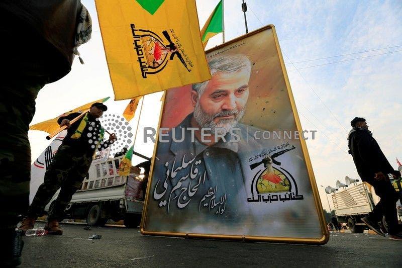 عناصر من حزب الله العراقي يحملون صورة لقاسم سليماني