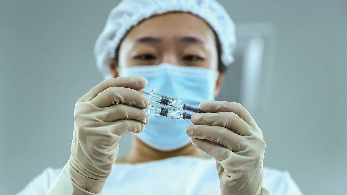 a staff member inspects syringes of COVID-19 inactivated vaccine products at a packaging plant of the Beijing Biological Products Institute Co., Ltd. (File photo: AP)