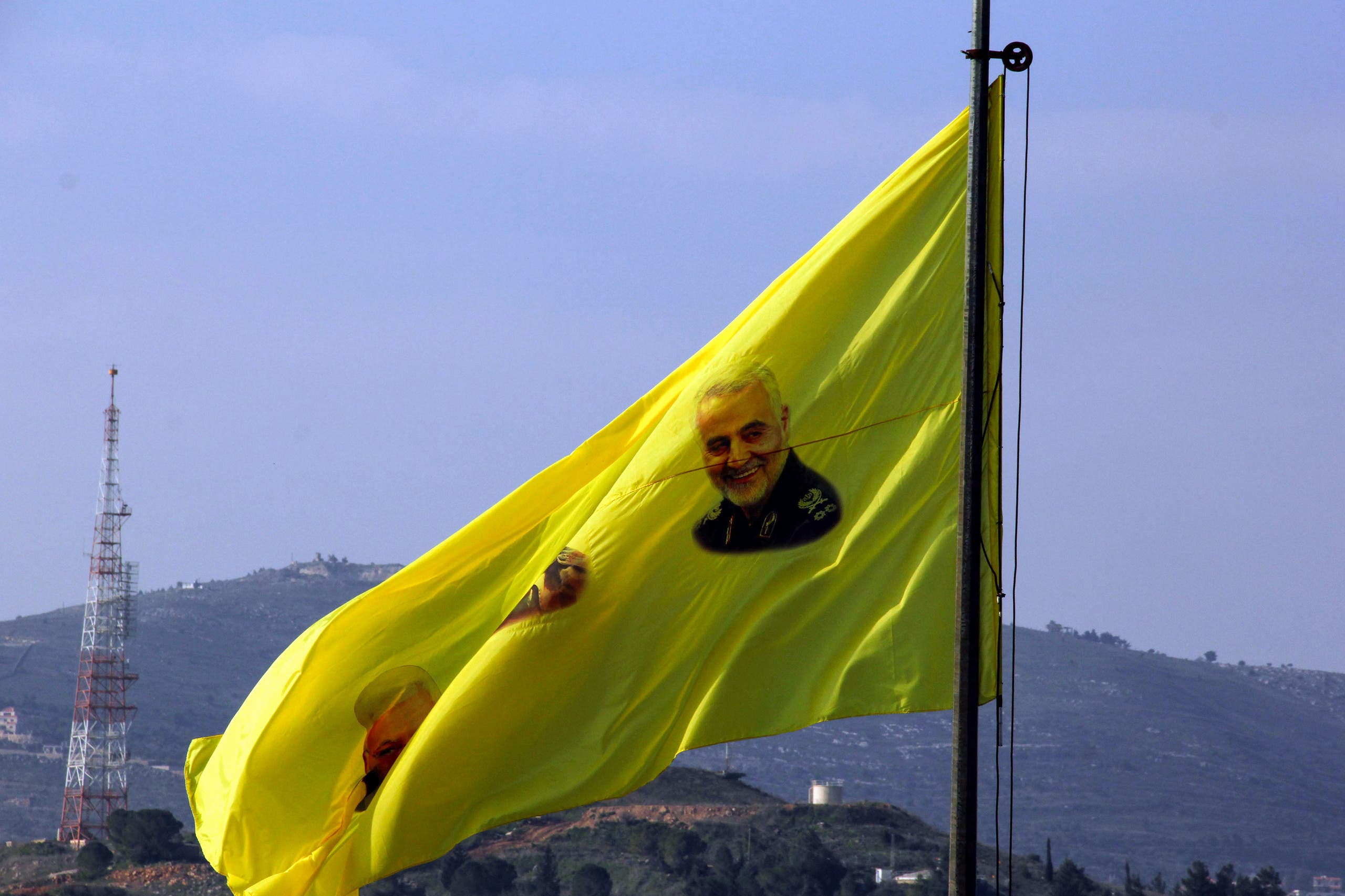 علم لحزب الله وعليه صورة سليماني جنوب لبنان (أرشيفية- فرانس برس)