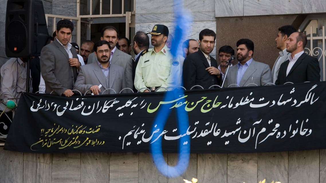 Tehran Prosecutor General Saeed Mortazavi (2nd L) attends the execution by hanging of Majid Kavousifar and Hossein Kavousifar in Tehran August 2, 2007. (File photo: Reuters)
