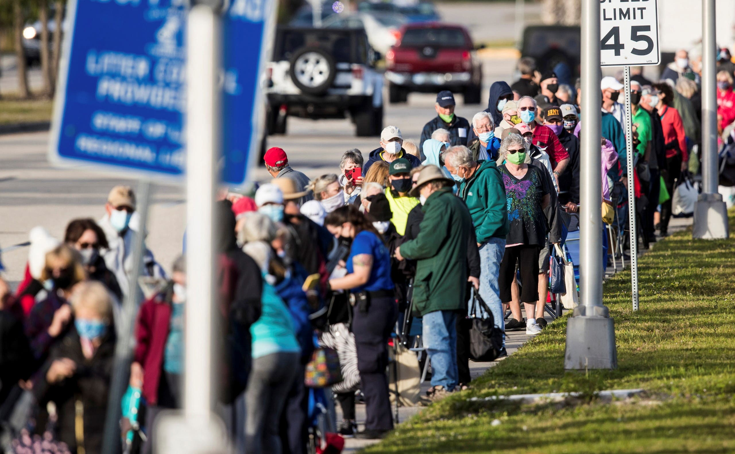 Hundreds wait in line at Lakes Park Regional Library to receive the COVID-19 vaccine in Fort Myers, Florida. (File photo: Reuters)