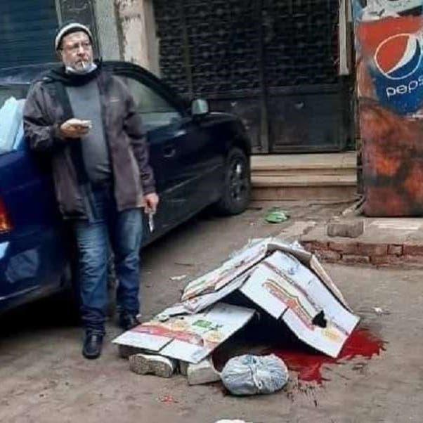 فيديو لمصري قتل زوجته في الشارع.. وجلس يدخن بجوار الجثة